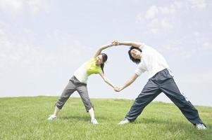 man och kvinna gör stretch foto