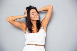 porträtt av en glad ung kvinna foto