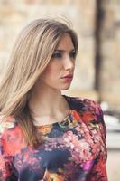 mode porträtt av en vacker flicka foto