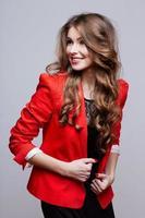 glad ung kvinna i röd jacka. studiofotografering foto