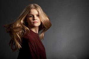 skandinavisk söt ung flickastående foto
