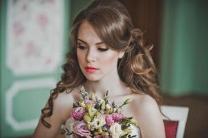 flickan med en massa blommor 2671. foto