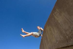 tonåring pojke hoppning sommarsault foto