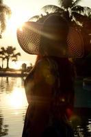 vacker dam stor strandhatt foto