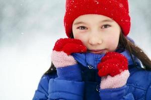 flicka på vintern. tonåring utomhus foto