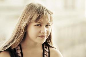 glad tonårig tjej på en stadsgata foto