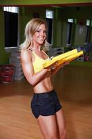 vacker ung fitnesmodell som tränar i gymmet foto