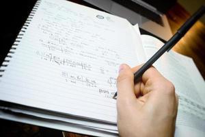 arbetar med matematikläxor foto