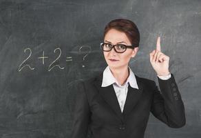 kvinnlärare som undervisar matematik foto