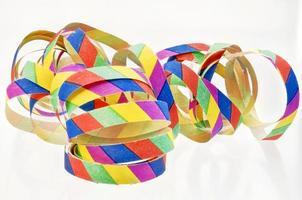 färgglada streamers gjorda av papper foto