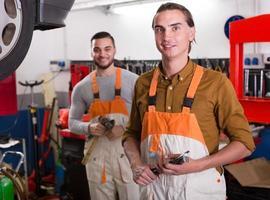 två arbetare som slitar i verkstaden foto