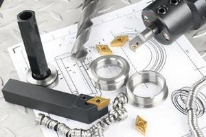 latehe verktyg, borr och arbetsstycke lagt på ritningen foto