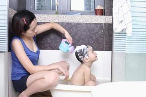 mor och pojke i badrummet foto