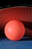 ping pong boll med bordtennis paddlar foto