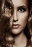 vacker kvinna. friskt långt hår foto