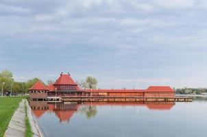 damer badar vid sjön Palic foto