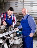 två arbetare i pvc-butik foto