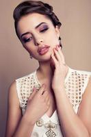 porträtt av vacker brunett med smycken foto
