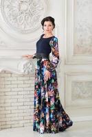 kvinna i lång attraktiv färgglad klänning i interiör