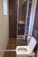 badrum och toalett i renoverad lägenhet foto