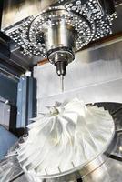 cnc metallbearbetningscentral med skärverktyg foto