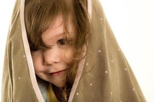 porträtt av en söt liten flicka med handduk på henne foto
