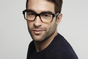 porträtt av mannen i glasögon foto