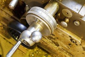 skalhandtag av metall svarvmaskin foto