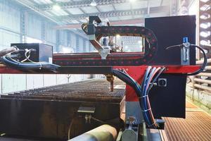 plasmafacklor i skärmaskin på nära håll foto