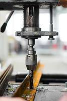 industriell ingenjör som använder en mekanisk borrmaskin foto