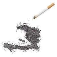 aska formad som haiti och en cigarett. (serie) foto