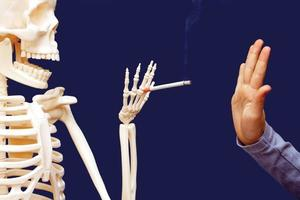 man gestikulerar förnekar föreslagen cigarett foto