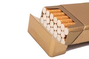 låda med cigaretter, isolerad på en vit foto