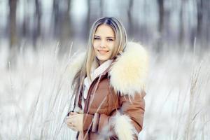 ung kvinna i vinterjacka med pälshuv foto