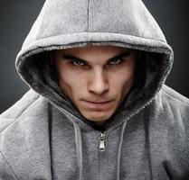 närbild porträtt av hotande thug foto