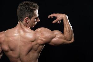 kroppsbyggare visar biceps foto