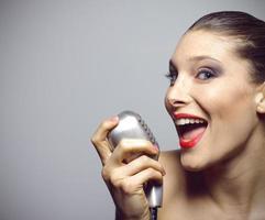 prestanda av en vacker kvinnasångare foto