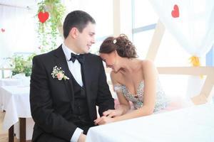 bruden och brudgummen tittar på varandra foto