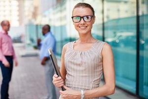 affärskvinna med pekplatta foto