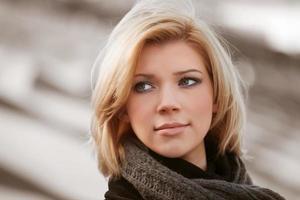 ung blond på gatan foto
