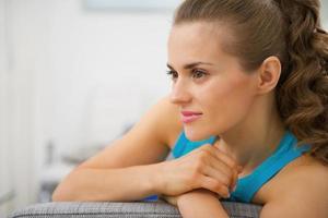 tankeväckande ung kvinna i vardagsrummet foto