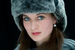 vacker ung kvinna med blå ögon foto