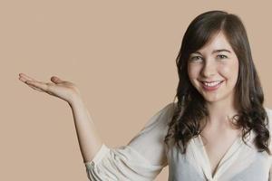 porträtt av glad ung person foto
