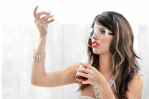 kvinna förbereder elixir foto
