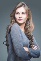 porträtt av en vacker ung kvinna med brunt långt hår foto