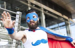 ung hipster superhjälte bekämpar ondska foto