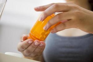 kvinna som tar medicin foto