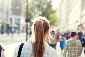 en ung kvinna som går ner på gatan