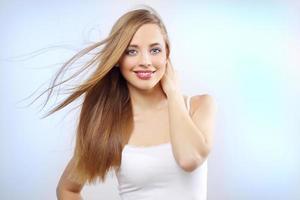 vacker flicka med långt hår foto