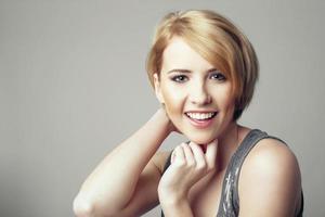 skönhet porträtt av ung le kvinna med kort hår foto